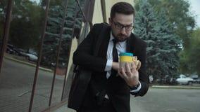 Homem ocupado com um estilo de vida insalubre com pressa vídeos de arquivo