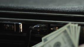 Homem oficial que conta o dinheiro e que põe no caso do negócio, enriquecimento ilícito vídeos de arquivo
