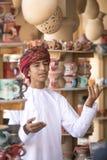 Homem omanense novo na roupa tradicional, cantando na celebração Imagens de Stock Royalty Free