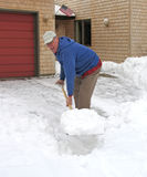 Homem optimista que trabalha com pá a neve Fotos de Stock