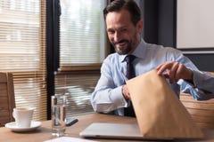 Homem otimista alegre que guarda um envelope Imagem de Stock