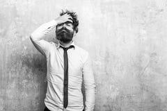 Homem ou moderno com a barba longa na cara séria fotos de stock royalty free