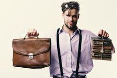 Homem ou professor com cerda, vidros e a cara segura Síndrome de Wisehead e conceito do trabalho duro Lerdo ou leitor ávido foto de stock