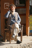 Homem paquistanês idoso que fala em seu telefone celular, Paquistão Fotos de Stock