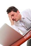 Homem para fora forçado com computador Foto de Stock