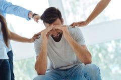 Homem para fora forçado considerável que tem uma depressão Fotos de Stock