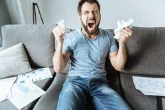 Homem para fora forçado emocional que expressa sua raiva Foto de Stock