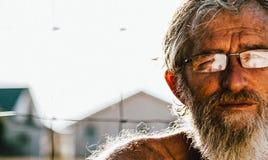 Homem passivo idoso perdido no pensamento fotografia de stock royalty free