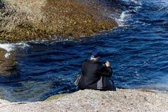 Homem pela água que prepara-se ao filme Imagem de Stock