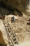 Homem pela escada em Mesa Verde fotos de stock