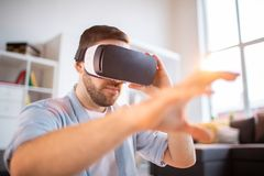 Homem pela exposição virtual foto de stock