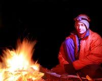 Homem pela fogueira Foto de Stock Royalty Free