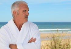 Homem pelo mar foto de stock royalty free