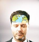 Homem pensativo com o mapa na testa Foto de Stock Royalty Free