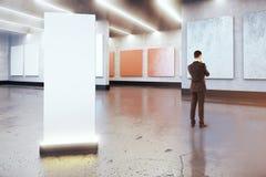 Homem pensativo e cartaz vazio Imagem de Stock