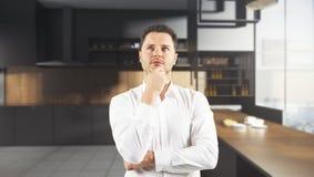 Homem pensativo na cozinha obscura Fotografia de Stock