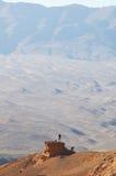 Homem pequeno na montanha Fotos de Stock Royalty Free
