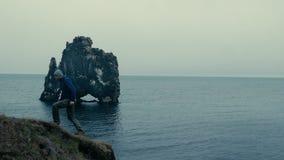 Homem perto da formação de rocha famosa video estoque