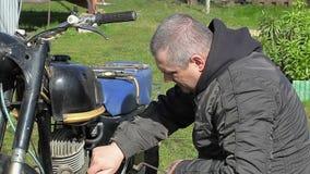 Homem perto da motocicleta velha video estoque