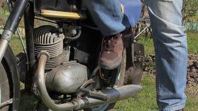 Homem perto da motocicleta velha em exterior vídeos de arquivo