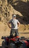 Homem perto de ATV no deserto imagens de stock royalty free
