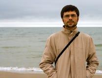 Homem perto do mar Fotos de Stock Royalty Free