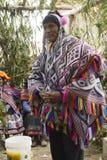 Homem peruano nativo que veste um poncho handwoven e um chollo - kn Fotos de Stock Royalty Free