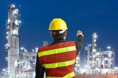 Homem petroquímica da engenharia com posição branca do capacete de segurança Fotos de Stock Royalty Free