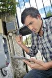 Homem poised para perfurar a tabuleta imagens de stock royalty free