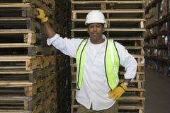 Homem por páletes no armazém Fotos de Stock