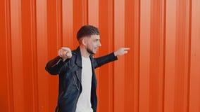 Homem positivo alegre na dança preta do casaco de cabedal, emoção humana do conceito video estoque