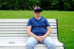 Homem positivo do tamanho que veste óculos de proteção da realidade virtual fora Imagem de Stock