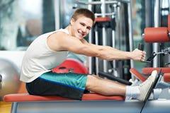 Homem positivo em exercícios traseiros Fotografia de Stock