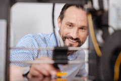 Homem positivo feliz que trabalha com tecnologia 3d Fotografia de Stock Royalty Free