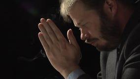 Homem Praying video estoque