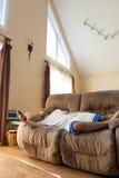 Homem preguiçoso que coloca no sofá Imagens de Stock Royalty Free