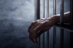 Homem prendido na prisão foto de stock