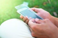 Homem prendido usando uma película protetora que estoirado do telefone celular/película protetora seja quebrado Foto de Stock