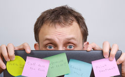 Homem preocupado atrás do computador Fotos de Stock