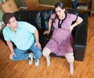 Homem preocupado com mulher gravida Fotografia de Stock Royalty Free