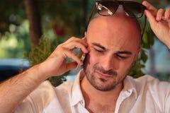 Homem preocupado em seu móbil Foto de Stock Royalty Free