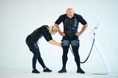 Homem preparaing da mulher para o treinamento da aptid?o foto de stock royalty free