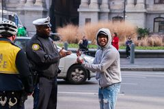 Homem preto que faz o gesto obsceno a um polícia de Philadelphfia foto de stock royalty free