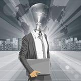 Homem principal da lâmpada com portátil Fotos de Stock Royalty Free