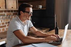 Homem produtivo inteligente que trabalha na cozinha fotografia de stock royalty free