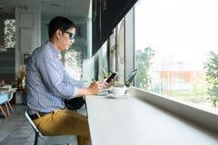 Homem profissional asiático ocasional do empresário trabalhar-em fora de fotos de stock royalty free