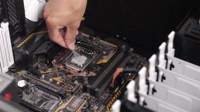 Homem profissional que repara e que monta um desktop do computador filme