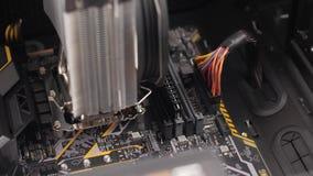 Homem profissional que repara e que monta um desktop do computador vídeos de arquivo