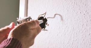 homem profissional que repara a luz nova do interruptor da parede da instalação, vídeos de arquivo