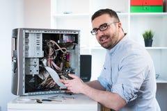 Homem profissional que repara o computador Fotografia de Stock Royalty Free